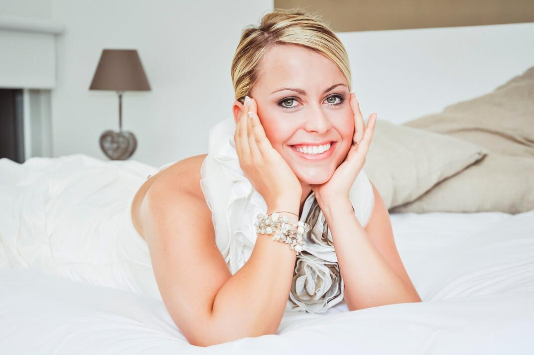 Mariée couchée sur son lit en attendant de découvrir son cher et tendre
