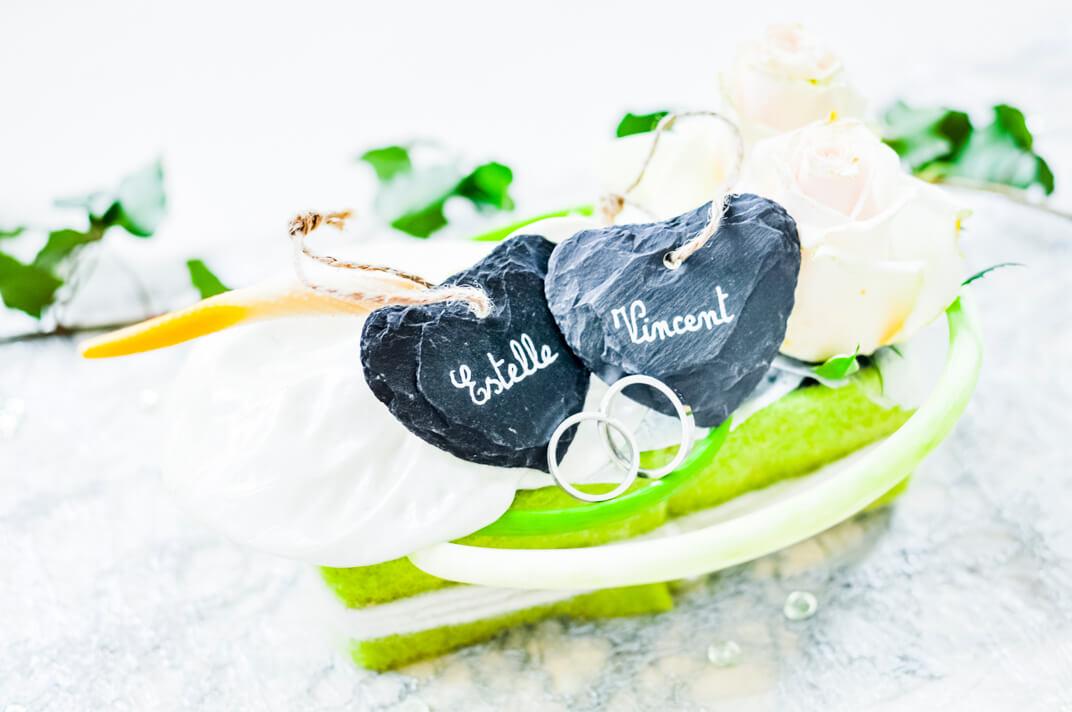 Montage des alliances par le photographe sur la décoration de table des mariés