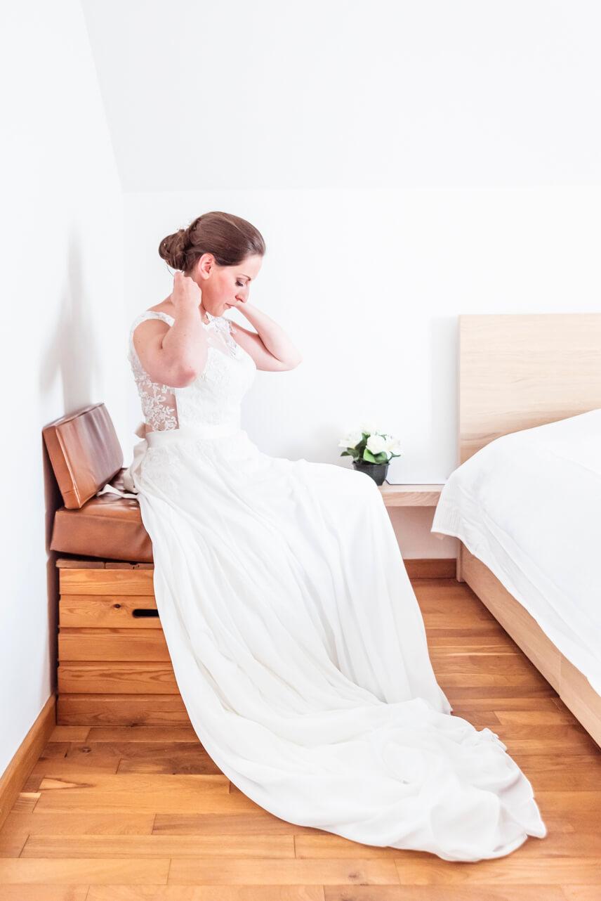 Mariée se préparant dans sa chambre dans l'attente de l'arrivée de l'heureux élu